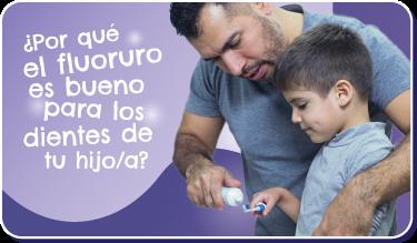 Botón ¿Por qué el fluoruro es bueno para los niños? Foto de un padre latino poniendo pasta de dientes en el cepillo de su hijo pequeño.