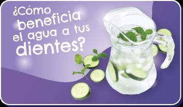 Botón ¿Cómo beneficia el agua a tus dientes? Foto de jarra de agua con hielo, pepino y menta.
